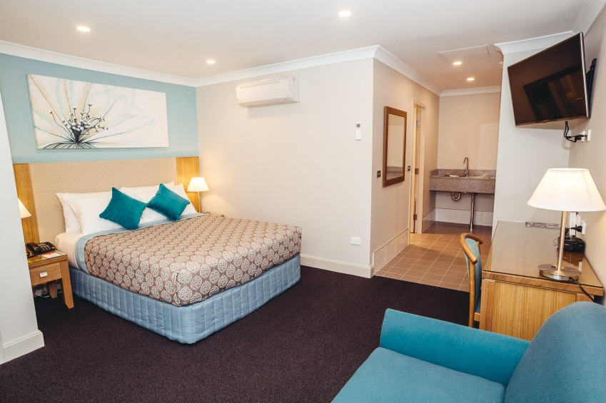 Bathurst accommodation 4.5 star queen double sofa suite Heritage Motor Inn